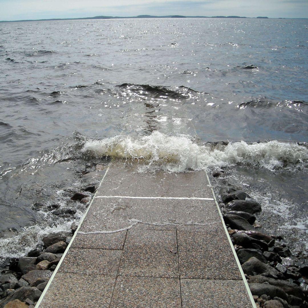 KahlausLaituri kivisellä suuren ulapan rannalla.