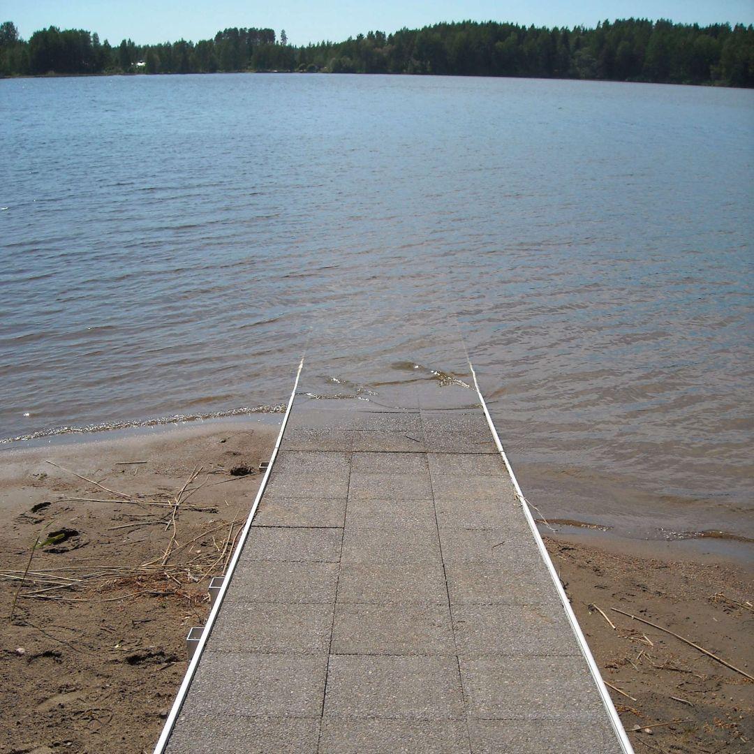 KahlausLaituri hiekkarannalla. Kuvassa ilman kaiteita, leveys 125 cm, korokereunat.