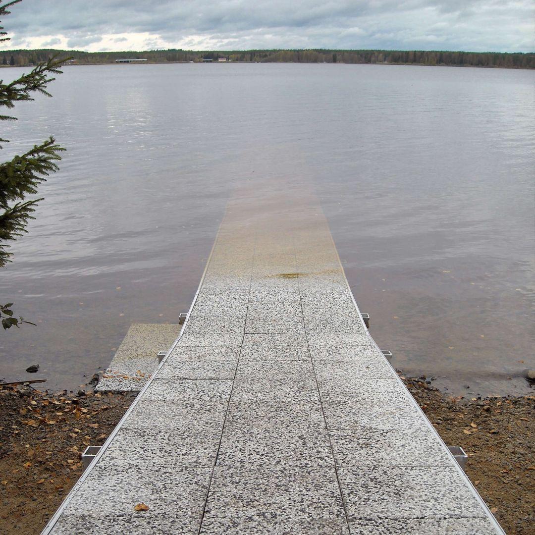 Pitkä KahlausLaituri, noin 28 m, kuvassa ilman kaiteita