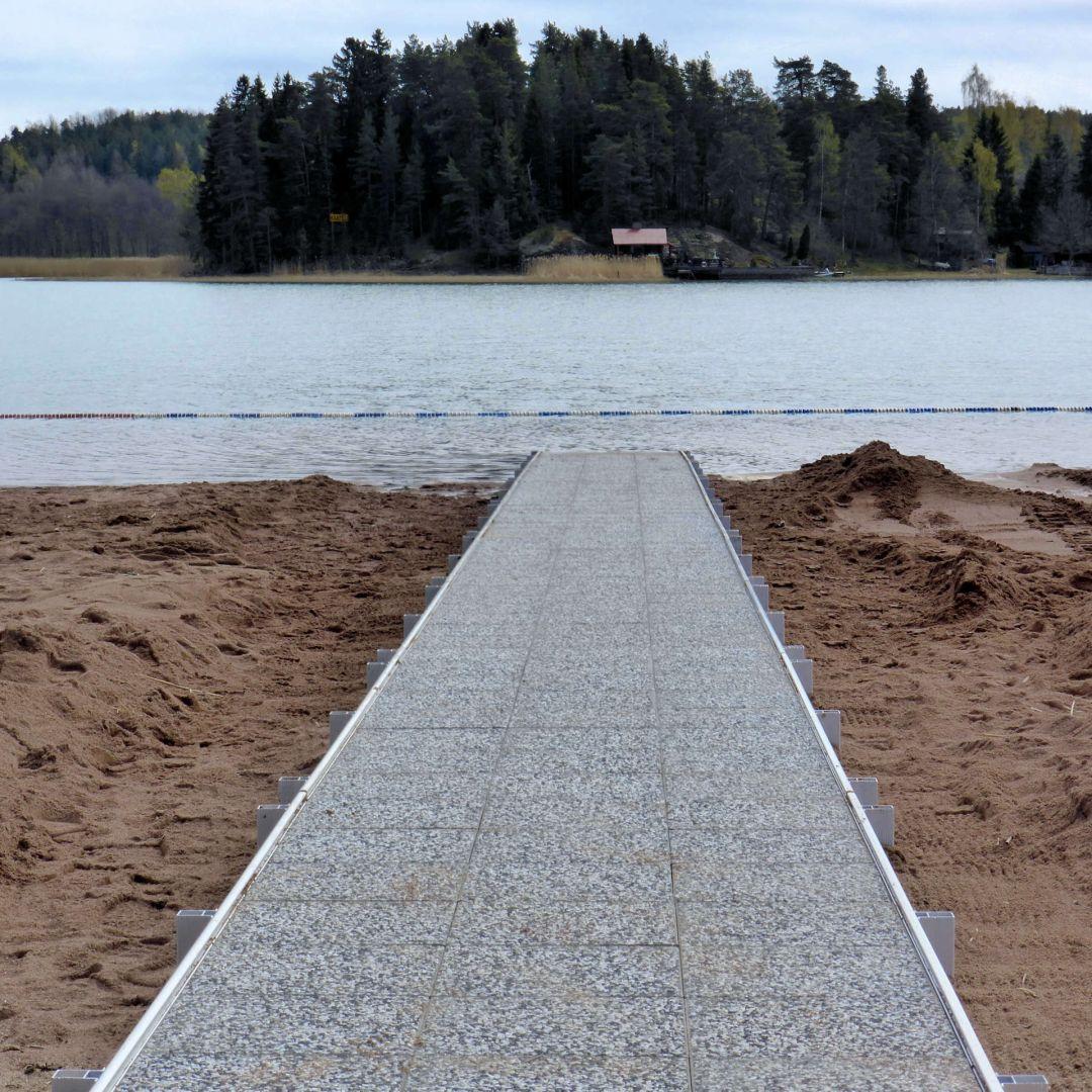 Pitkä KahlausLaituri hiekkarannalla, rakennustyö kesken.